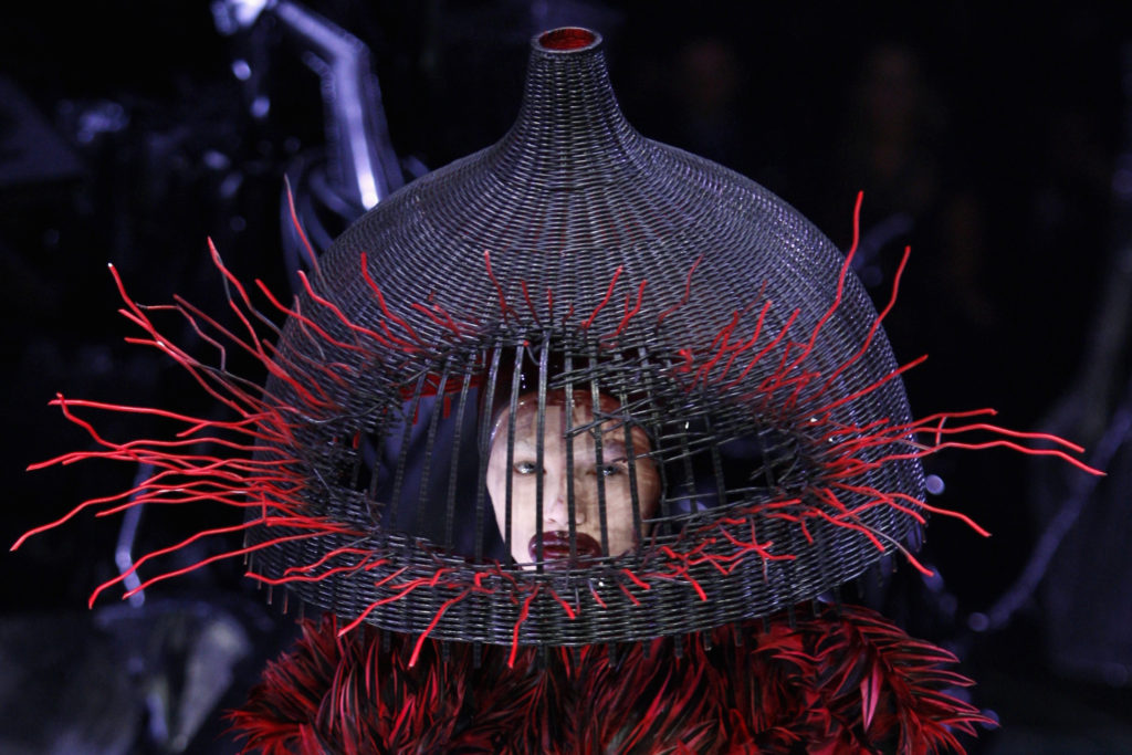 A Model wears a creation by Alexander McQueen as part of his Fall/Winter 2009/10 ready-to-wear women's collection during Paris Fashion Week March 10, 2009. REUTERS/Pascal Rossignol (FRANCE FASHION) - RTXCLSZ