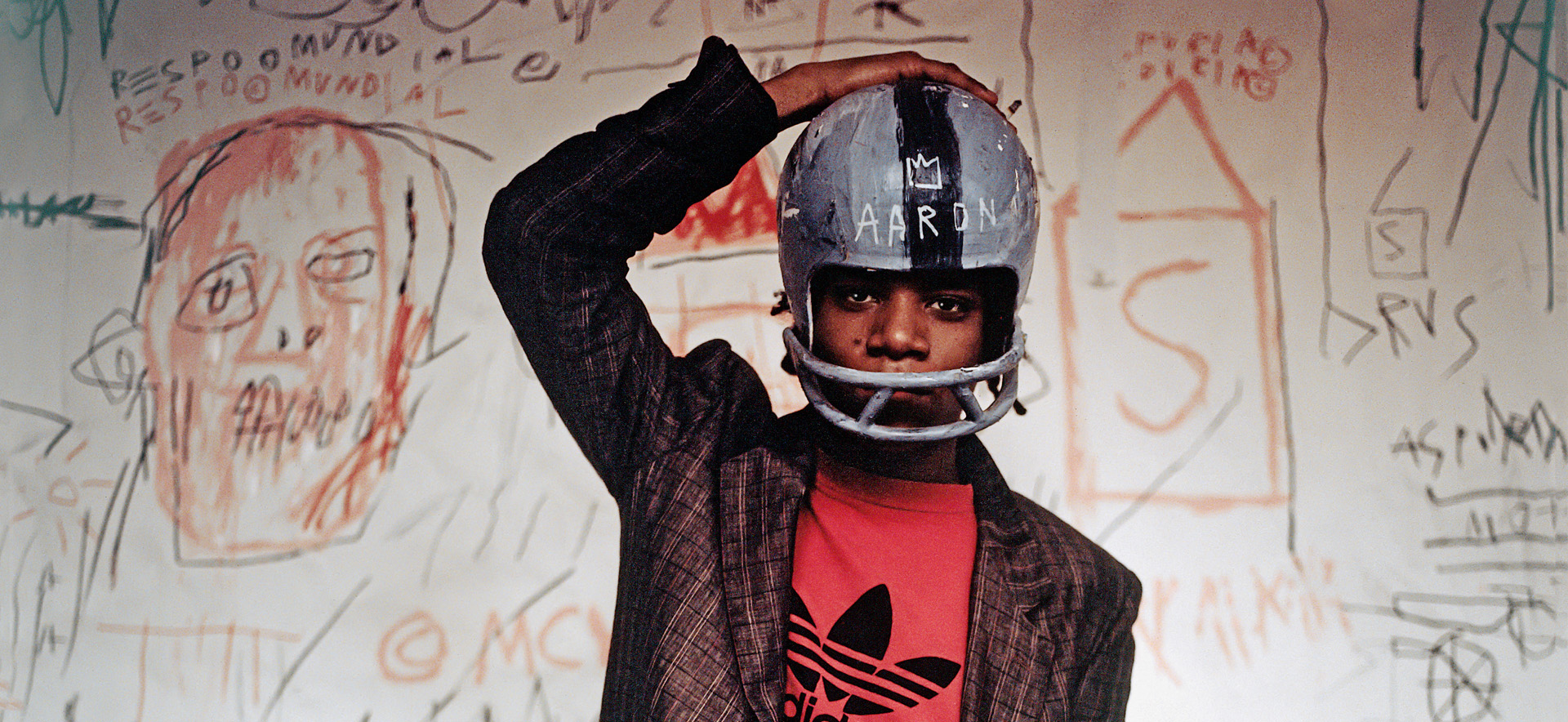 Header_Schirn_Presse_Basquiat_Jean-Michel_Basquiat_wearing_an_American_football_helmet_1981
