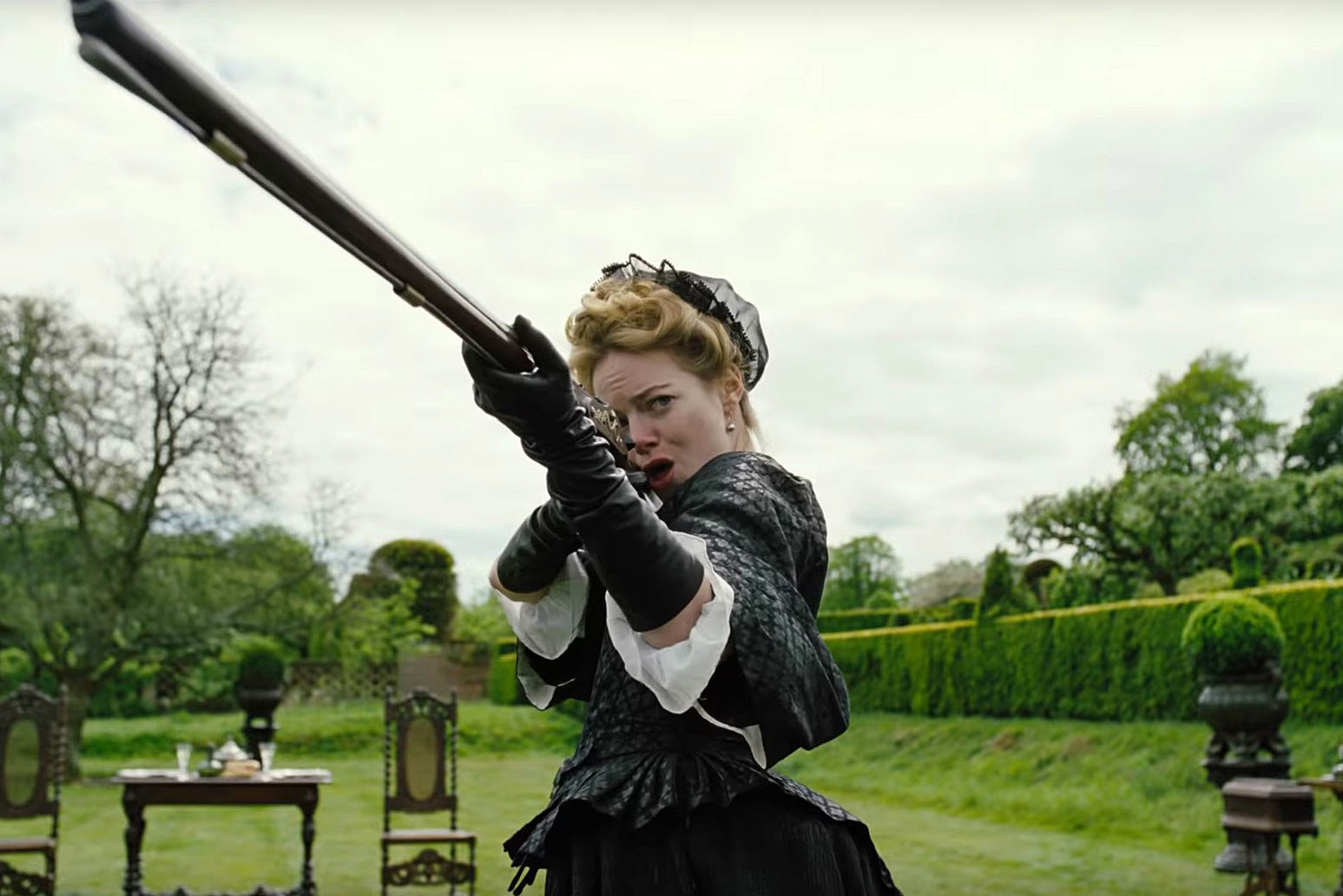 the-favourite-trailer-emma-stone-gun